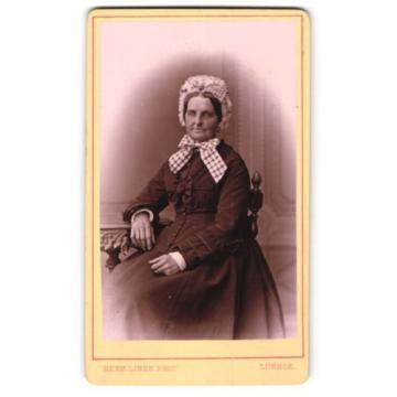 Fotografie Herm. Linde, Lübeck, Portrait ältere Dame in zeitgenössischer Kleidu