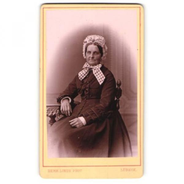 Fotografie Herm. Linde, Lübeck, Portrait ältere Dame in zeitgenössischer Kleidu #1 image