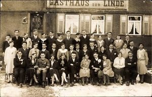 Foto Ak Deutschland, Gruppenportrait, Gasthaus zur Linde, Winter - 1445519