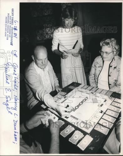 1984 Press Photo Gene Linde, Nancy L Dunham and Pauline E Sagel play monopoly