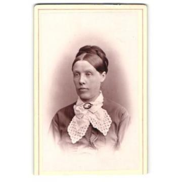 Fotografie Herm. Linde, Lübeck, Portrait Dame mit geflochtenem Haar